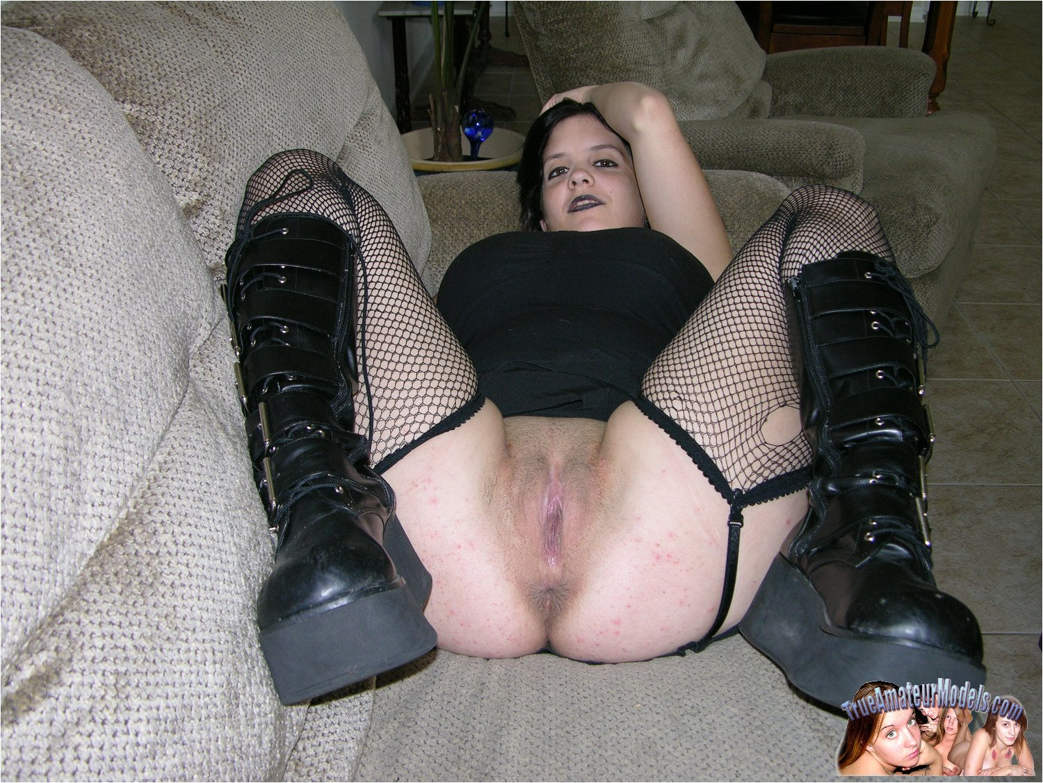 Naked goth chicks spread pussy — pic 3